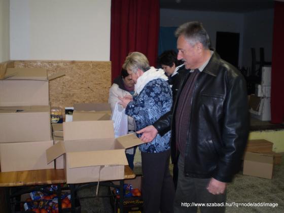 ...mindenki besegít a csomagok elkészítésében...